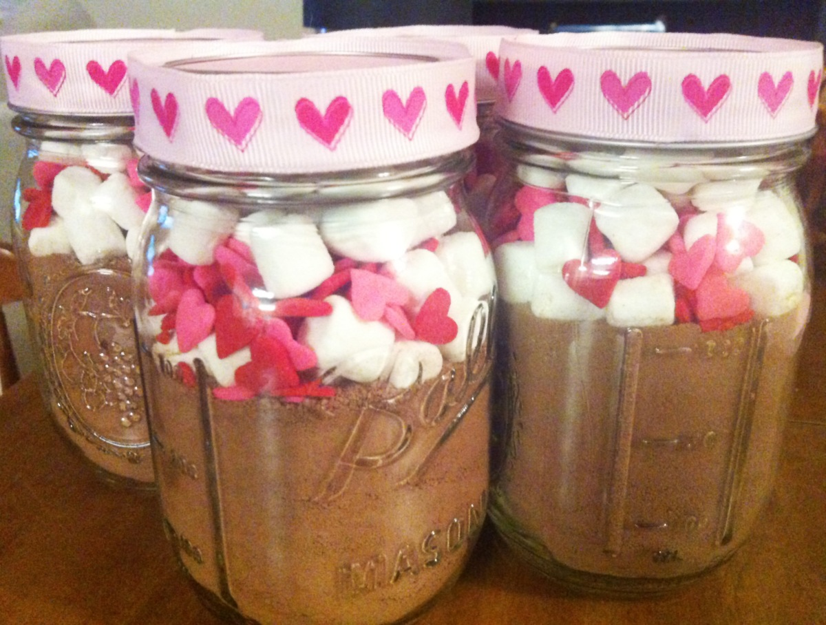 Diy valentine s day themed mason jar hot chocolate gift for Jar crafts for gifts